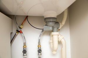 排水パイプの水漏れは何が原因?修理方法を解説!